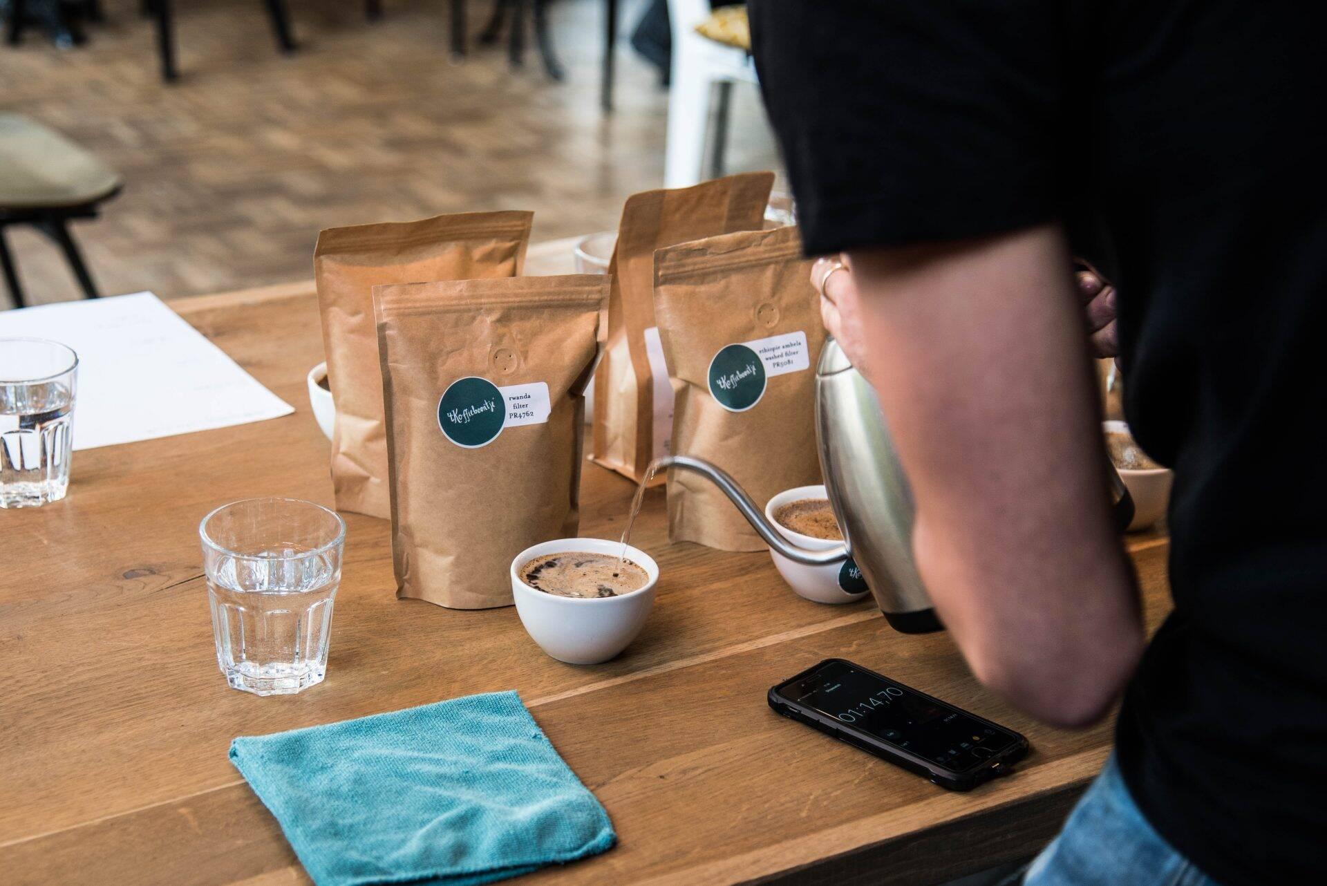 Water toevoegen aan de koffie, ongeveer 4 minuten laten trekken
