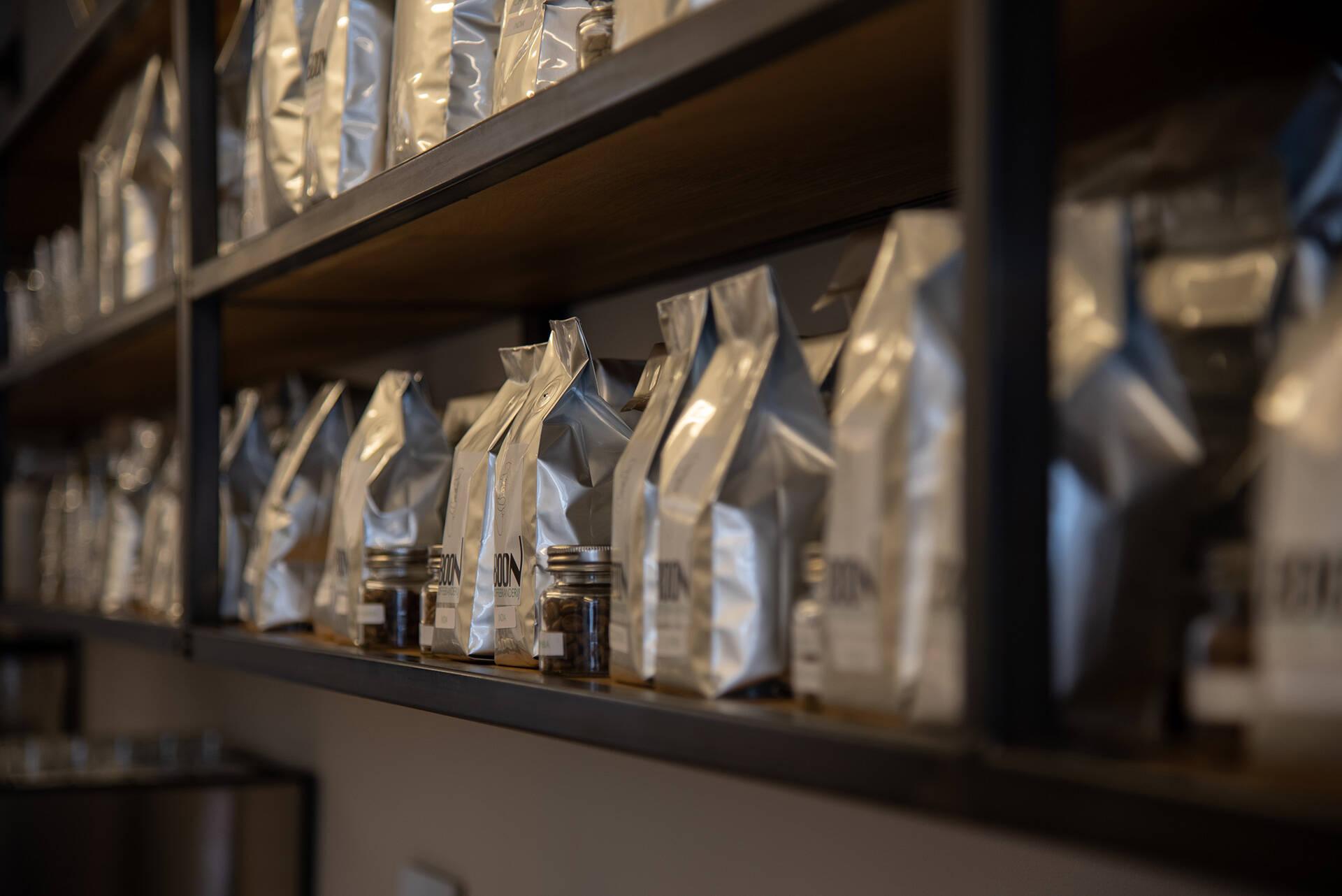 Koffiebonen worden bewaard in koffiezakken